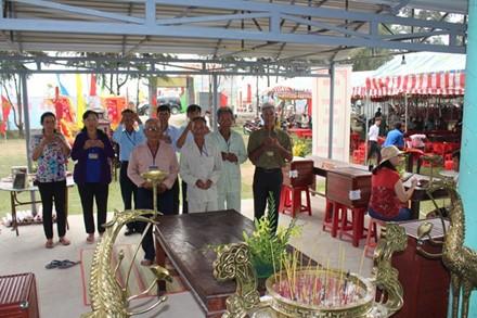 Pescadores celebran Festival de Nghing Ong en provincia de Ben Tre - ảnh 1