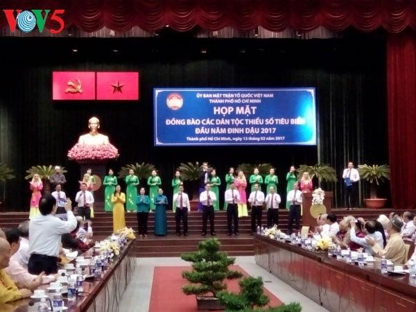 Autoridades de Ciudad Ho Chi Minh se reúnen con representantes de minorías étnicas - ảnh 1