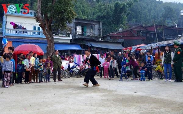 Alegre mercado Dao San en Lai Chau - ảnh 3