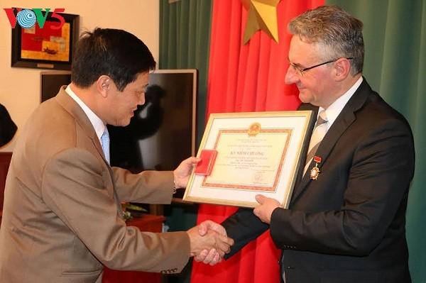 Vietnam honra a políticos checos por contribuciones a relaciones bilaterales - ảnh 1