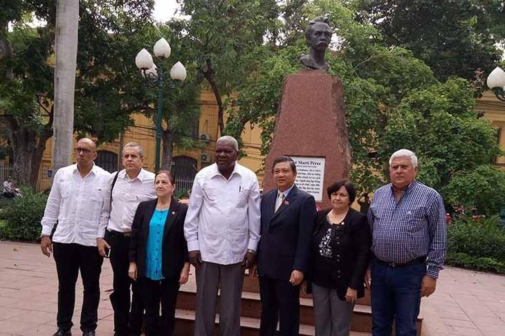 Delegación parlamentaria cubana rinde tributo a Martí y Ho Chi Minh - ảnh 1