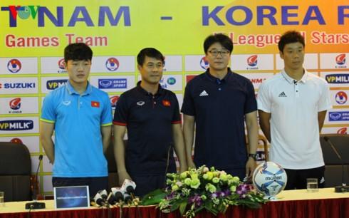 Futbolistas Sub 22 de Vietnam compiten con estrellas surcoreanas  - ảnh 1