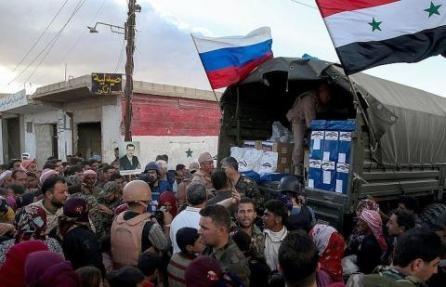El primer convoy con ayuda humanitaria llega a la ciudad siria de Deir ez-Zor - ảnh 1