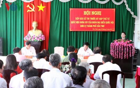 La líder parlamentaria dialoga con los votantes de la ciudad de Can Tho - ảnh 1