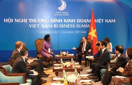 Primer ministro vietnamita recibe a altos dirigentes del Banco Mundial y WEF - ảnh 1