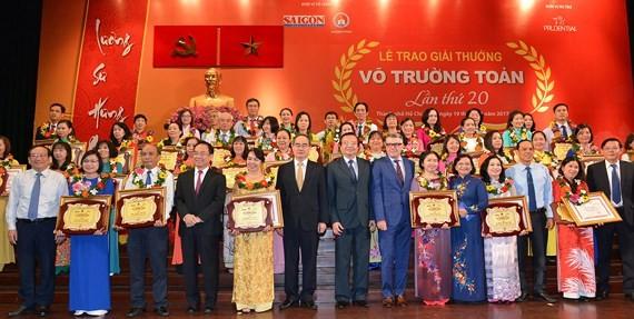 Honran a los sobresalientes maestros y administradores del sector educativo - ảnh 2