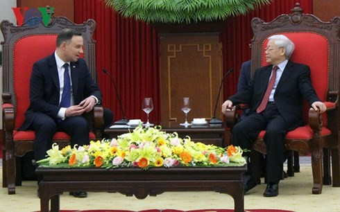 Dirigentes vietnamitas reciben al presidente polaco - ảnh 1