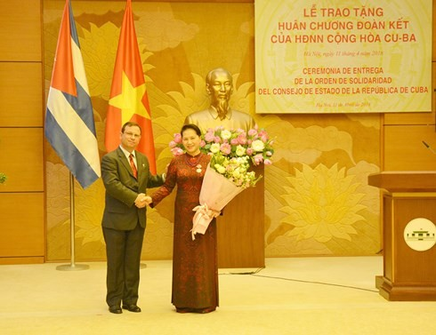 Líder parlamentaria de Vietnam condecorada con la Orden de la Solidaridad de Cuba - ảnh 1
