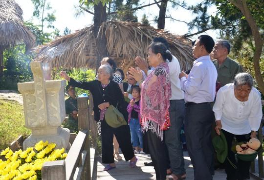 Decenas de miles vietnamitas visitan tumba del general Vo Nguyen Giap - ảnh 1