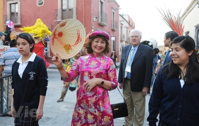 Vietnam presenta su traje tradicional durante un evento cultural en México - ảnh 1