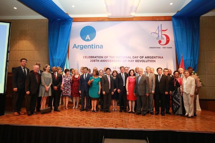 Celebran en Hanói el 208 aniversario de la Revolución de Mayo y el Día Nacional de Argentina - ảnh 2