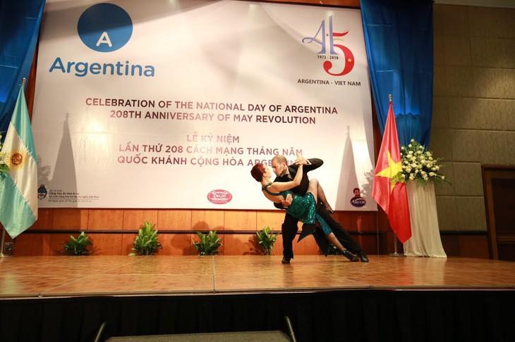 Celebran en Hanói el 208 aniversario de la Revolución de Mayo y el Día Nacional de Argentina - ảnh 3