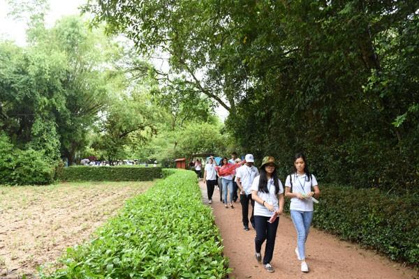 Jóvenes vietnamitas en ultramar visita tierra natal del presidente Ho Chi Minh - ảnh 1