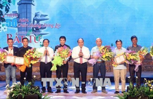 Otorgan premios del concurso de composición de canciones sobre la victoria de Dong Loc - ảnh 1