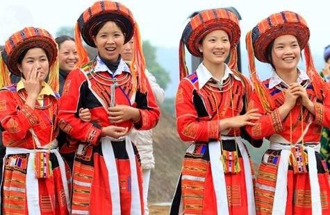 Particularidad cultural de la etnia Pa Then destacada en traje femenino  - ảnh 1