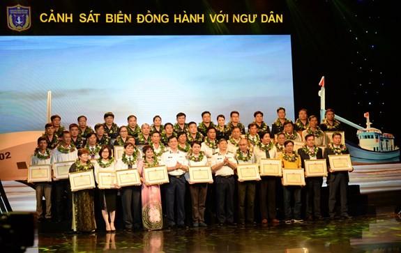 Vietnam estrecha coordinación entre la Policía Marítima y los pescadores  - ảnh 1