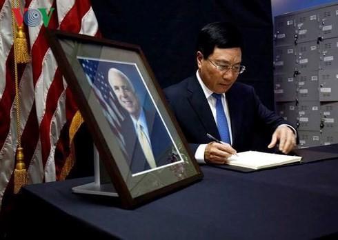 Dirigentes vietnamitas expresan pesar por el deceso del senador estadounidense McCain - ảnh 1