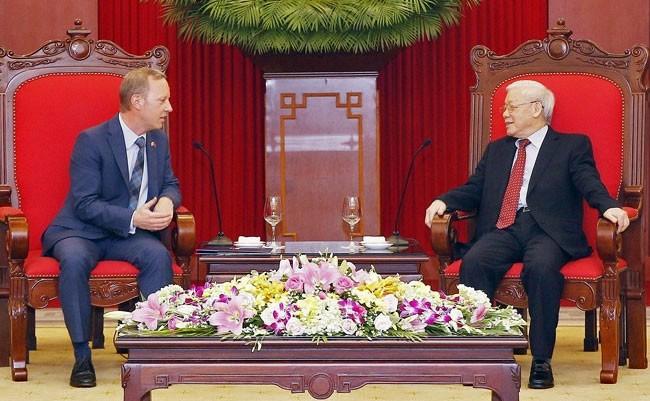 Líder político vietnamita recibe al nuevo embajador del Reino Unido - ảnh 1