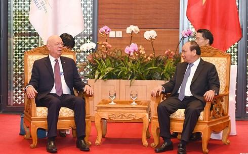 Premier vietnamita recibe al fundador del Foro Económico Mundial - ảnh 1