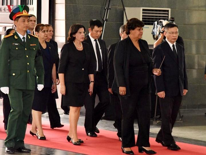 Delegaciones extranjeras rinden tributo al ex líder partidista Do Muoi - ảnh 1
