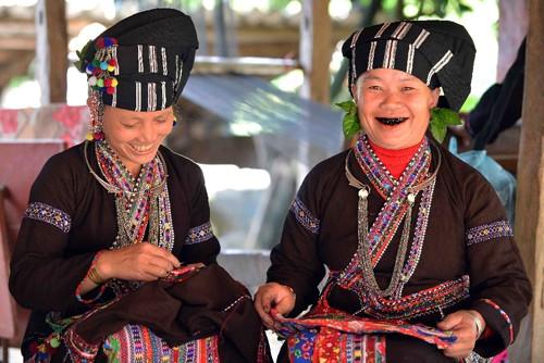 Las mujeres Lu y su costumbre de teñirse de negro los dientes - ảnh 2