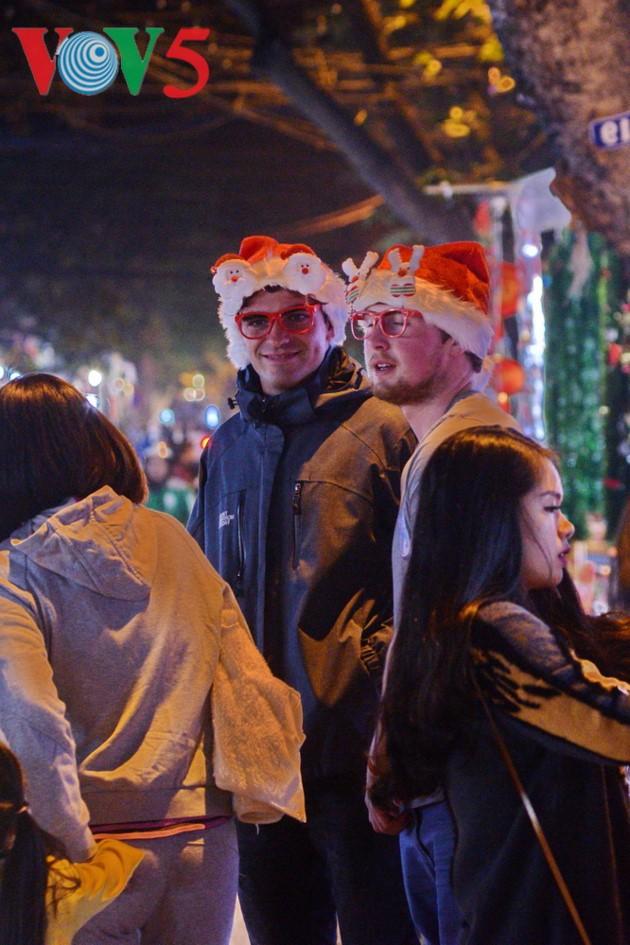 Ambiente navideño de Hanói - ảnh 14