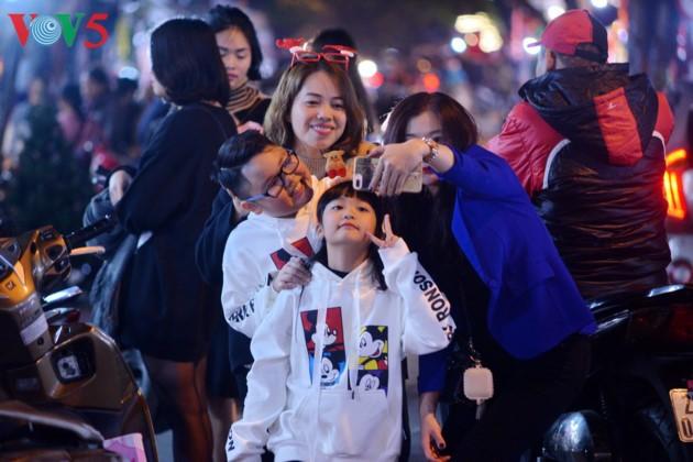 Ambiente navideño de Hanói - ảnh 7