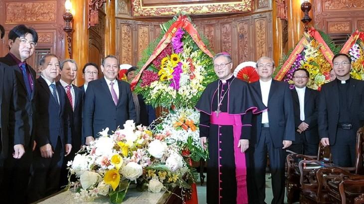 Dirigente visita y felicita a la comunidad católica vietnamita en vísperas de la Navidad - ảnh 1