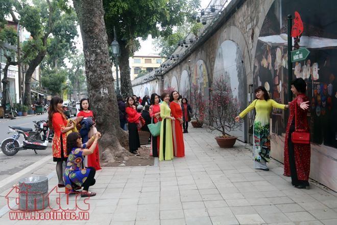 Los hanoyenses celebran el Año Nuevo - ảnh 2