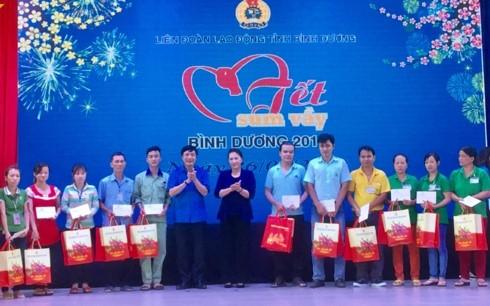 Titular parlamentaria vietnamita con trabajadores de Binh Duong - ảnh 1