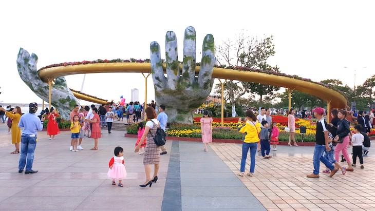 Aumenta el número de visitantes a Hue, Da Nang y Quang Nam los primeros días del Año Nuevo Lunar - ảnh 1