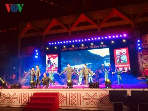 Numerosas actividades por el Día de Reunificación Nacional de Vietnam y el Internacional de los Trabajadores - ảnh 1