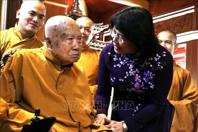 Vicemandataria vietnamita visita a religiosos budistas en Dong Nai - ảnh 1