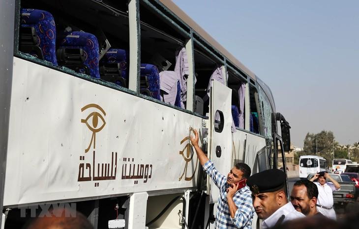 Autobús con turistas es blanco de un ataque con bomba en Egipto - ảnh 1