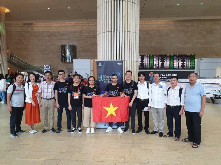Alumnos vietnamitas ganan tres oros y dos platas en Olimpiada Internacional de Física en Israel - ảnh 1