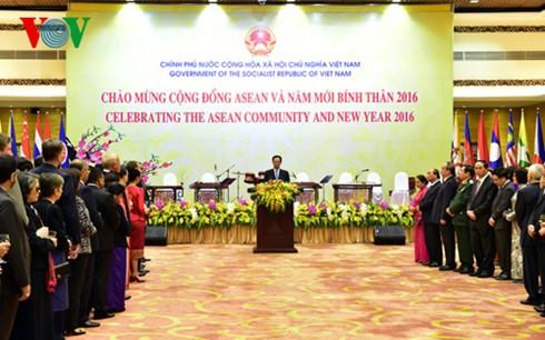 นายกรัฐมนตรีเหงียนเติ๊นหยุงเป็นประธานในงานเลี้ยงฉลองการจัดตั้งประชาคมอาเซียนและปีใหม่ประเพณี - ảnh 1