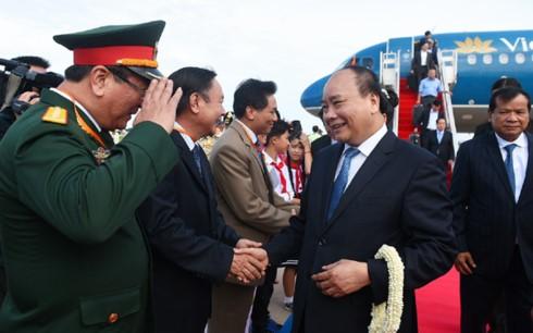 นายกรัฐมนตรีเหงียนซวนฟุ๊กเดินทางถึงกรุงพนมเปญ เริ่มการเยือนประเทศกัมพูชาอย่างเป็นทางการ - ảnh 1