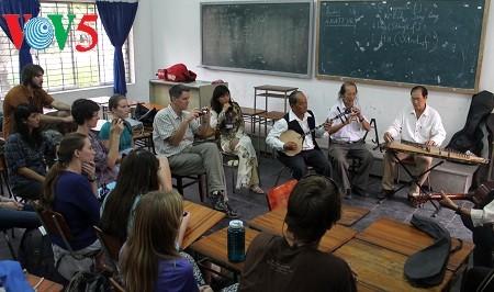 พัฒนาการร้องเพลงทำนองเดิ่นกาต่ายตื๋อของนครเกิ่นเทอในกระบวนการผสมผสาน - ảnh 1