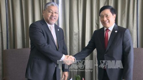 รองนายกรัฐมนตรีและรัฐมนตรีต่างประเทศเวียดนามพบปะทวิภาคีนอกรอบการประชุมรัฐมนตรีต่างประเทศอาเซียน - ảnh 1