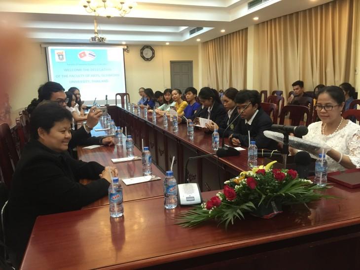 นักศึกษาในหลักสูตรไทยศึกษา มหาวิทยาลัยสังคมศาสตร์และมนุษยศาสตร์ พบปะแลกเปลี่ยนเพื่อการพัฒนา - ảnh 2