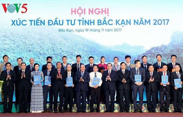 นายกรัฐมนตรีเข้าร่วมการประชุมส่งเสริมการลงทุนจังหวัดบั๊กก๋านปี 2017 - ảnh 1