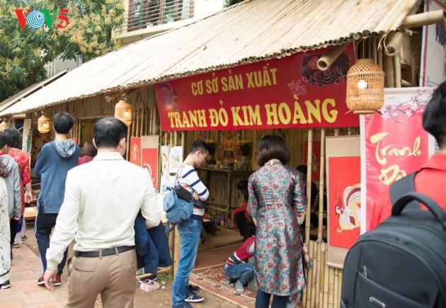 """ชาวฮานอยพาเด็กไปขอตัวอักษรมงคลในวันปีใหม่ที่สระ """"วัน"""" - ảnh 10"""