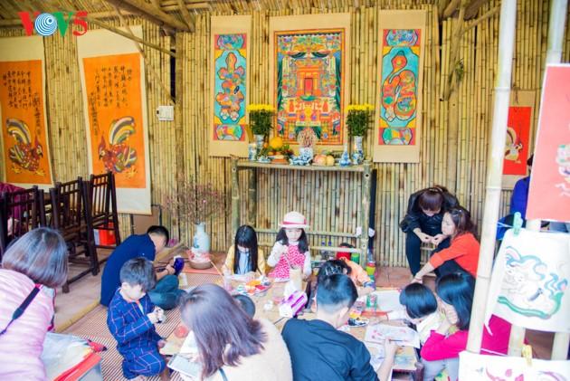 """ชาวฮานอยพาเด็กไปขอตัวอักษรมงคลในวันปีใหม่ที่สระ """"วัน"""" - ảnh 11"""