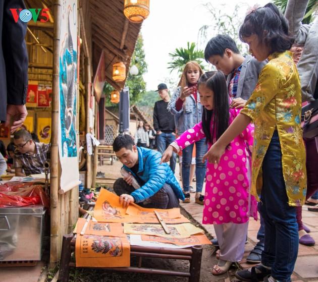 """ชาวฮานอยพาเด็กไปขอตัวอักษรมงคลในวันปีใหม่ที่สระ """"วัน"""" - ảnh 12"""