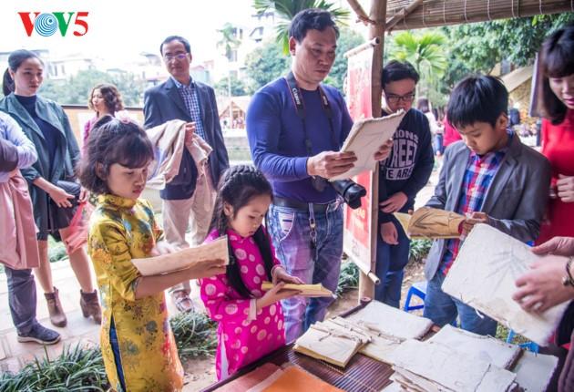 """ชาวฮานอยพาเด็กไปขอตัวอักษรมงคลในวันปีใหม่ที่สระ """"วัน"""" - ảnh 15"""