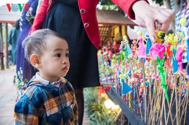 """ชาวฮานอยพาเด็กไปขอตัวอักษรมงคลในวันปีใหม่ที่สระ """"วัน"""" - ảnh 16"""