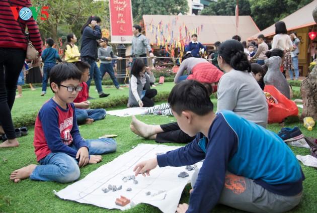 """ชาวฮานอยพาเด็กไปขอตัวอักษรมงคลในวันปีใหม่ที่สระ """"วัน"""" - ảnh 17"""