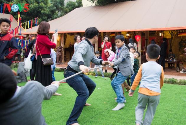 """ชาวฮานอยพาเด็กไปขอตัวอักษรมงคลในวันปีใหม่ที่สระ """"วัน"""" - ảnh 18"""