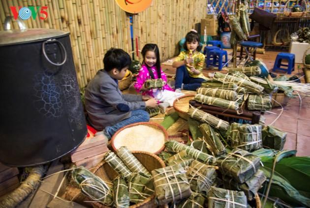 """ชาวฮานอยพาเด็กไปขอตัวอักษรมงคลในวันปีใหม่ที่สระ """"วัน"""" - ảnh 19"""