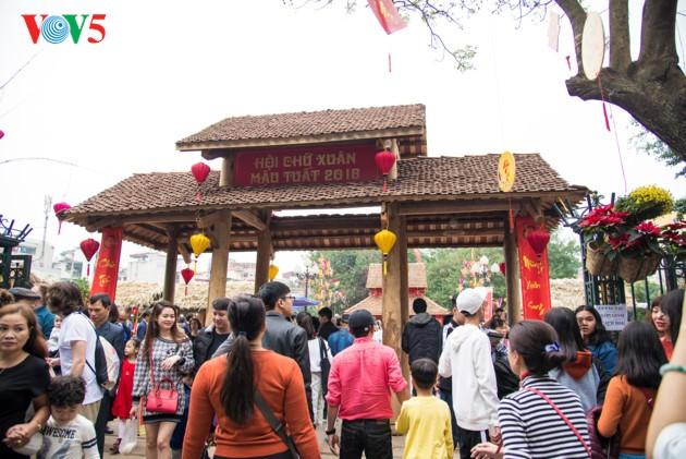 """ชาวฮานอยพาเด็กไปขอตัวอักษรมงคลในวันปีใหม่ที่สระ """"วัน"""" - ảnh 1"""
